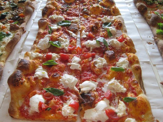 Ricetta per fare la pizza al taglio perfetta a casa for Arredamenti pizzerie al taglio