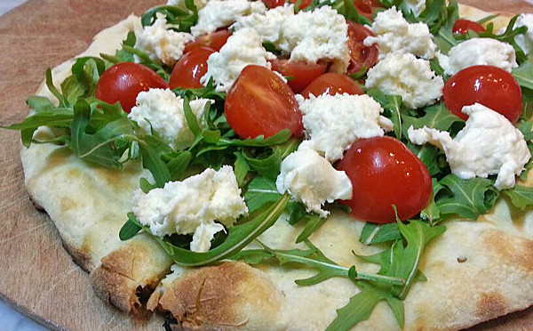 Pizza con rucola pomodorini e stracchino