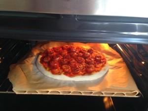 Pizza in casa cotta su pietra refrattaria