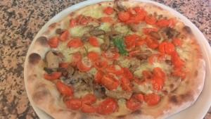 Pizza con Pomodorini Funghi e Mozzarella Ricetta