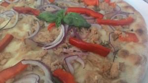 Focaccia Com Cebola Tuna e pimentas