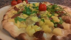 Pizza con Polenta Salame Rucola
