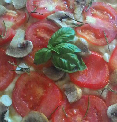 Focaccia con Pomodoro a Fette Funghi e Aglio