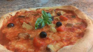 Pizza con Funghi Porcini Pomodorini e Olive