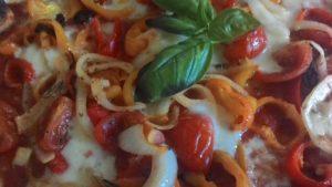 Pizza con Peperoni Pomodorini Cipolla e Mozzarella