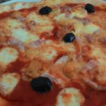 Pizza con Pomodoro Mozzarella Pancetta e Gorgonzola