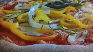Pizza con Zucchine Peperoni e Cipolla