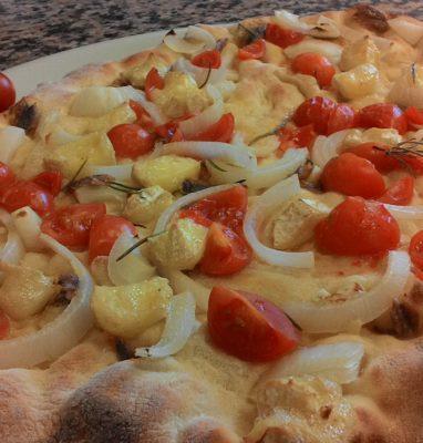 Focaccia con Cipolle Pomodorini Alici Brie con un Impasto Alle Castagne