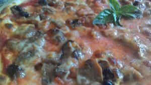 Pizza con Funghi Trifolati e Uvetta Sultanina