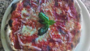 Pizza con Pomodoro Mozzarella Radicchio e Pancetta