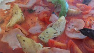 Pizza con Spicchi di Carciofo Pomodorini e Prosciutto