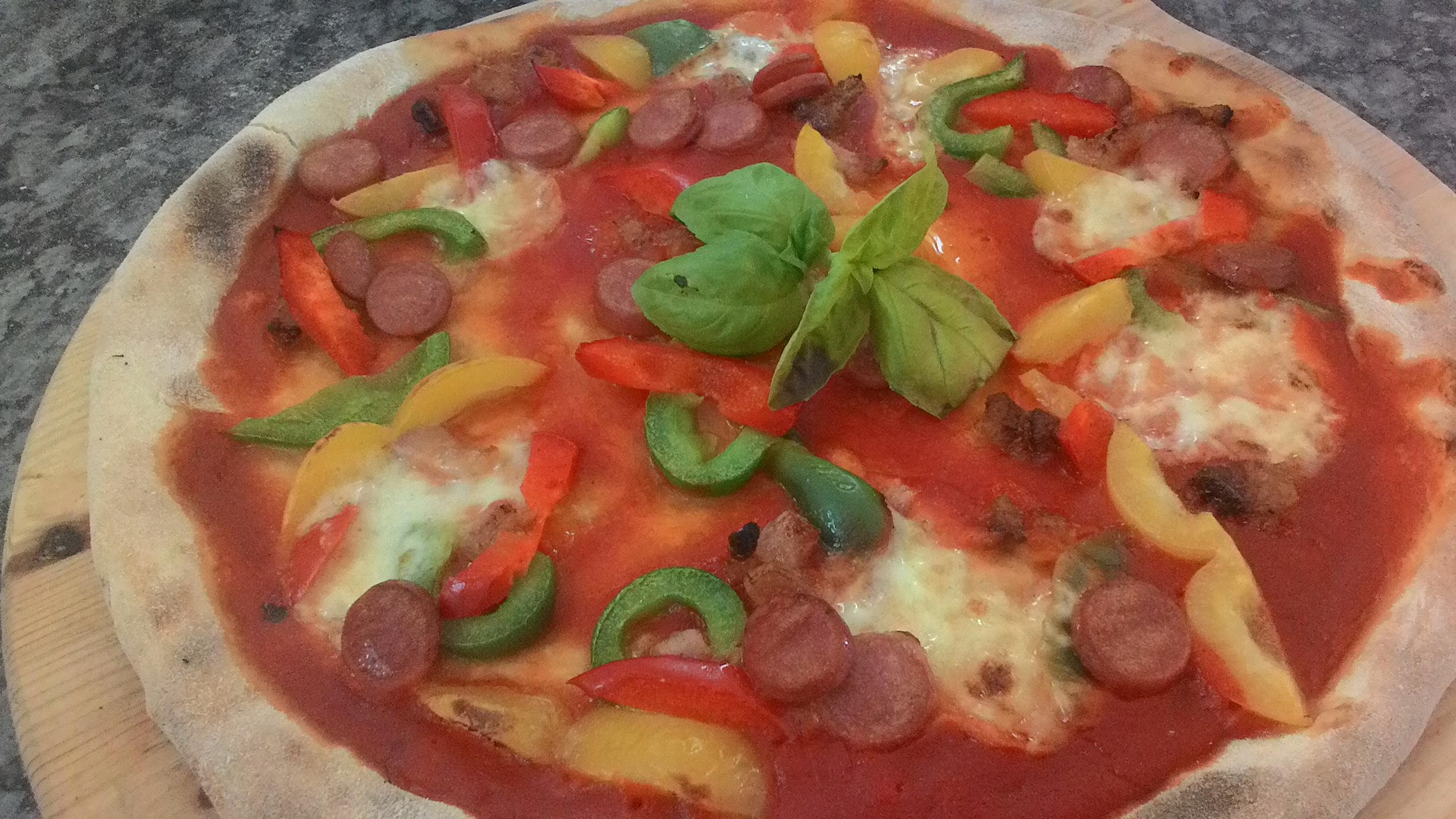 Pizza con Peperoni Guanciale e Wurstel