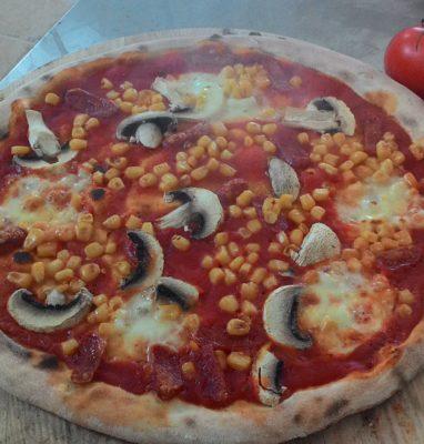 Pizza con Salame Piccante Funghi e Mais