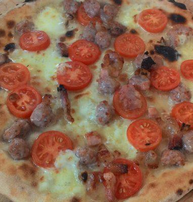 Pizza con Mozzarella Pomodorini Guanciale e Salsiccia