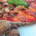Pizza con Prosciutto Funghi e Noci