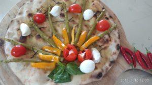 Focaccia con Asparagi Mozzarella e Peperoni