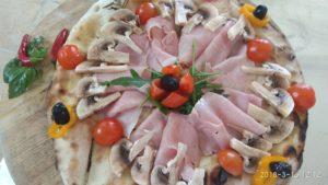 Focaccia con Prosciutto Funghi e Pomodorini