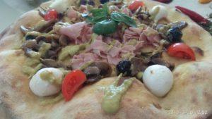 Focaccia con Impasto di Patate con Asparagi Mozzarella e Pomodorini
