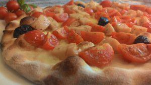 Focaccia con Pomodorini Prosciutto Cotto e Olive Nere