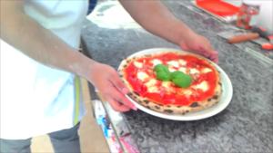 Pizza con Cipolla Pancetta e Mozzarella