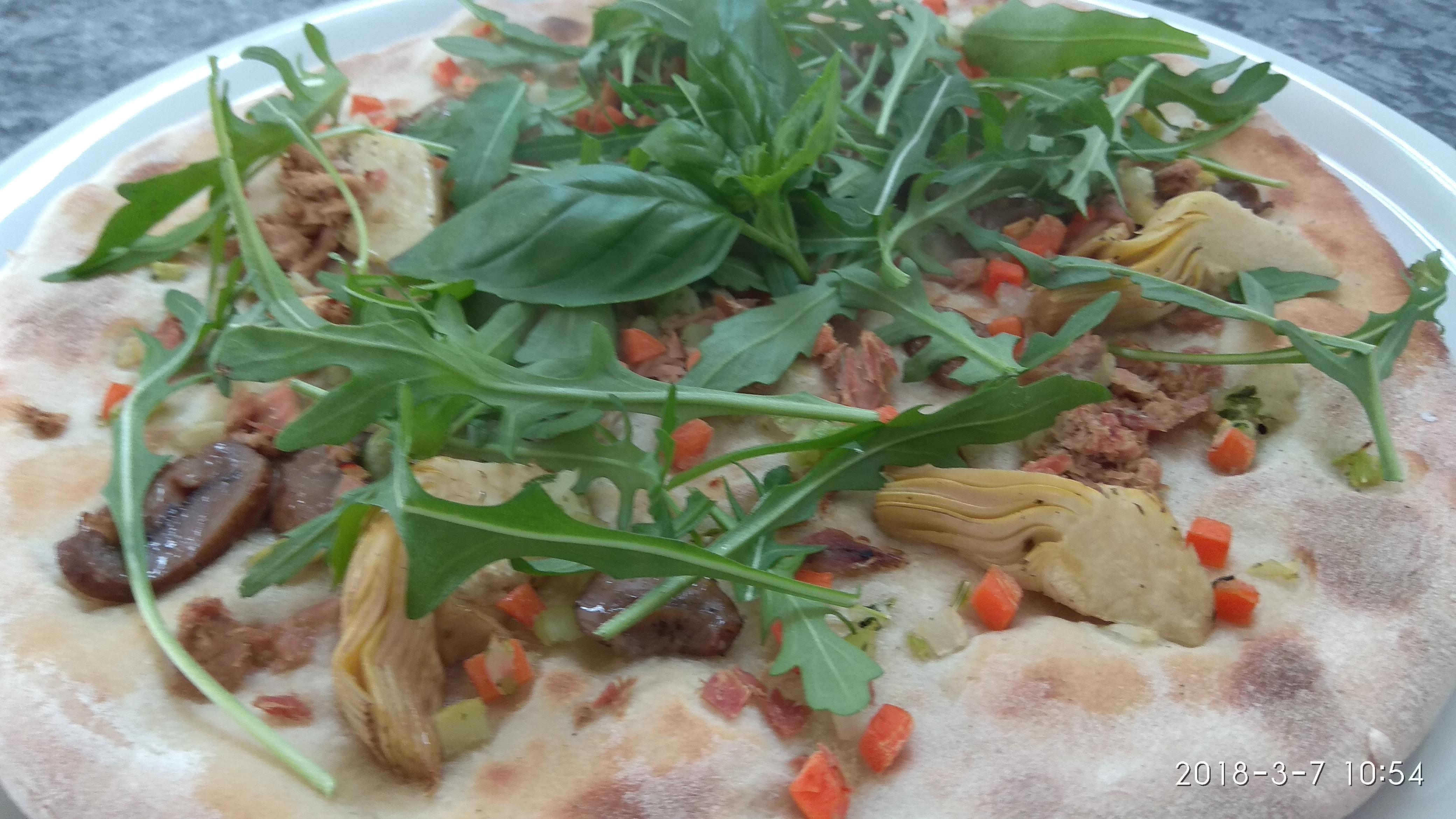 Pizza con Carciofini Funghi Tonno e Rucola