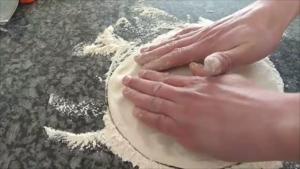 Pizza con Pomodoro Peperoni Alici Aglio e Rosmarino