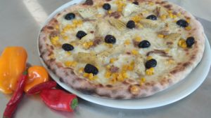 Pizza con Carciofini Mozzarella Mais Alici Olive