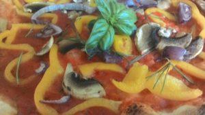 Pizza con Peperoni Funghi e Cipolla Rossa di Tropea