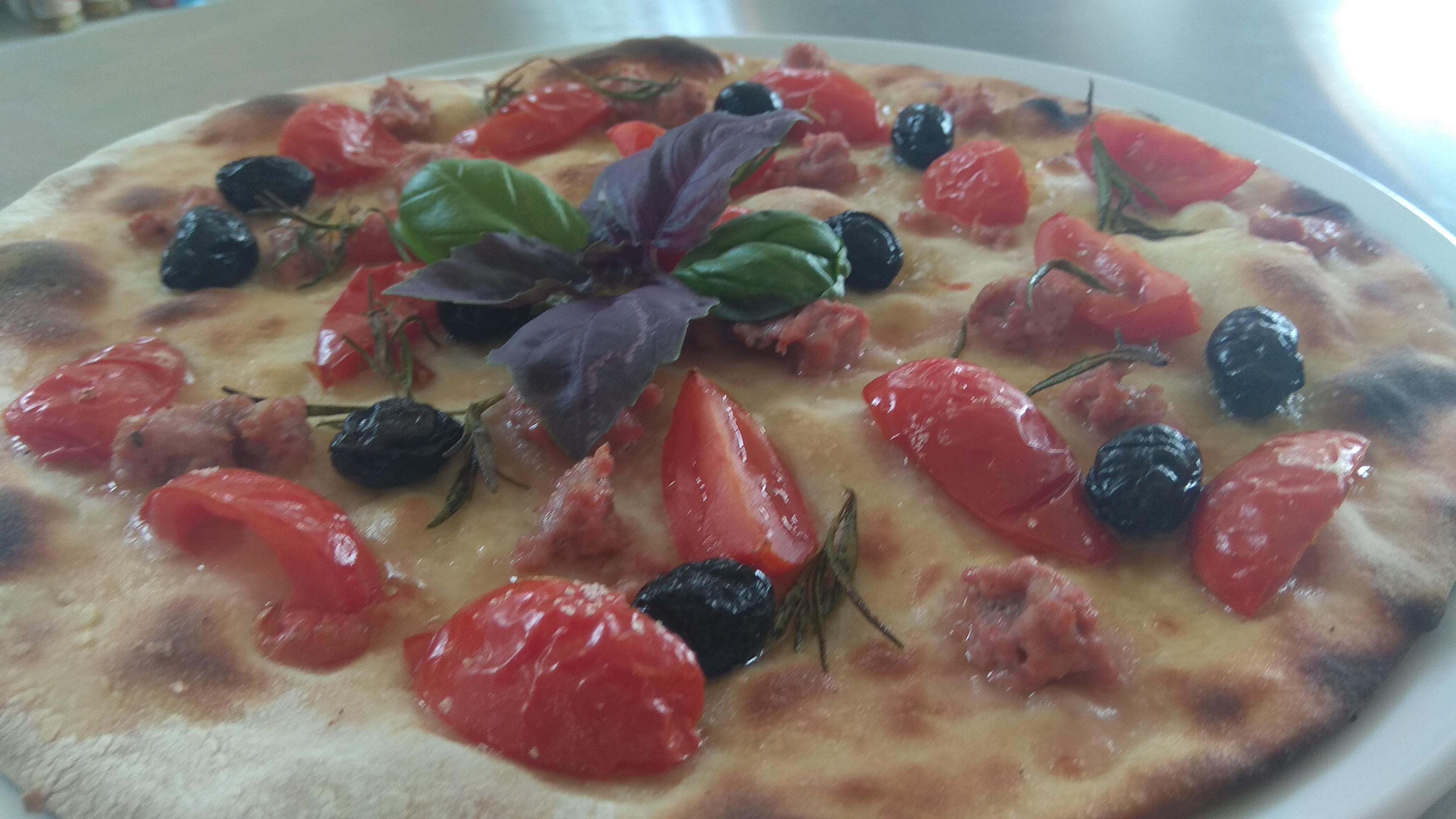 Focaccia con Pomodorini Salsiccia e Olive Nere