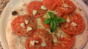 Focaccia Con Pomodori e Aglio Marinato