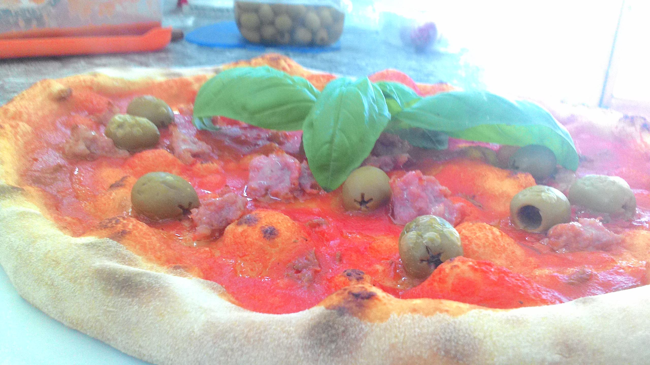 Pizza con Salsiccia e Olive Verdi
