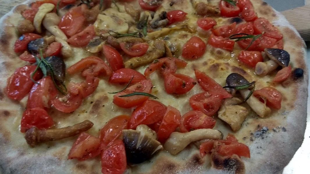 Focaccia con Pomodorini e Funghi di Bosco