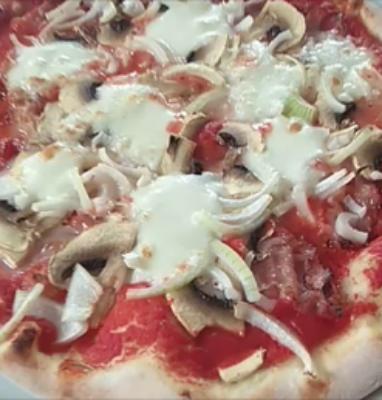 Pizza con Pancetta Funghi e Cipolla