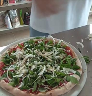 Pizza Con Rucola Cipolla e Parmigiano