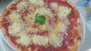 Pizza Con Salame e Formaggio Edamer