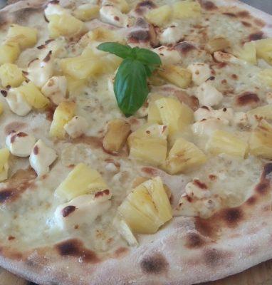 Pizza con Formaggini Ananas e Aceto Balsamico