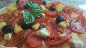 Focaccia con Pomodoro a Fette e Formaggio Brie
