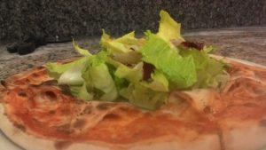Una Pizza Speciale Margherita Con Insalata Mista