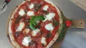 Pizza Con Wurstel e Funghi Trifolati