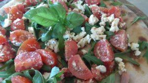Focaccia Con Pancetta Rucola Pomodorini e Formaggio Feta