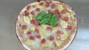 Pizza Con Mozzarella Ananas e Wurstel