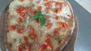 Pizza Con Mozzarella Salsiccia e Pomodorini Pachino