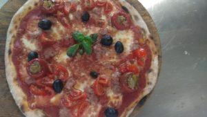Pizza Con Pomodoro Mozzarella Salsiccia e Pomodorini