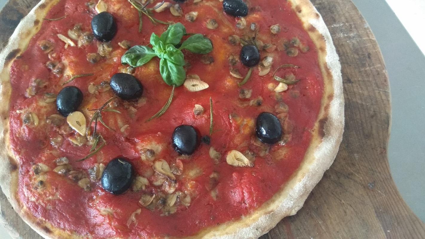 Pizza Marinara con Vongole e Olive Nere