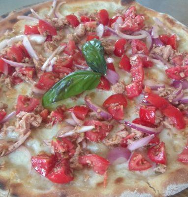 Pizza con Mozzarella Pomodorini Tonno e Cipolla