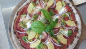 Pizza con Pomodoro Avocado Ananas Cipolla e Mozzarella