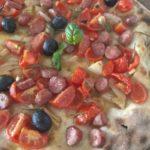Focaccia Con Pomodorini Scalogno Salsiccia Olive