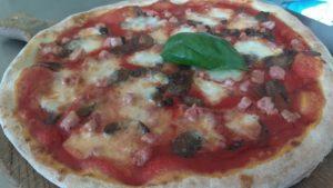 Pizza Con Pomodoro Mozzarella Pancetta e Funghi