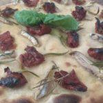 Focaccia Con Pomodori Secchi e Alici Marinate